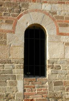 San martino a montafia - Finestra che si apre sul lato superiore ...
